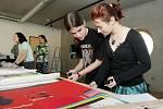 Studenti Střední umělecko průmyslové školy hudebních nástrojů a nábytku připravovali 2.listopadu výstavu studentských prací  ve Studijní a vědecké knihovně v Hradci Králové.