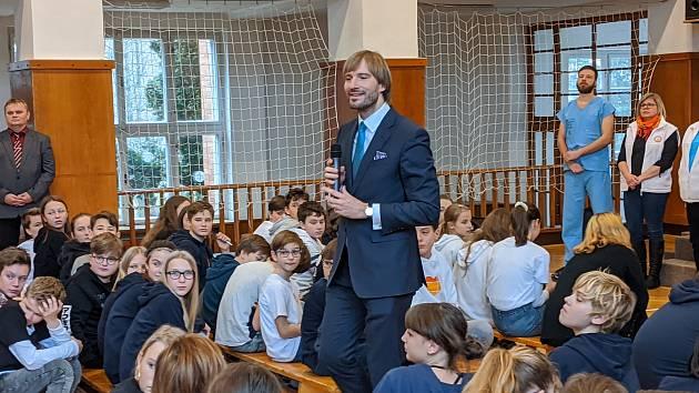 Ministr zdravotnictví Adam Vojtěch přednášel ve škole.