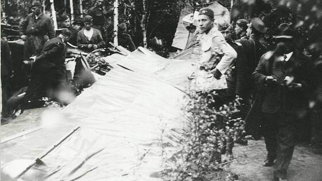 Kužel a Voleman, 1933 - pomník zahrada Slešky.