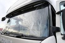 Rozbité čelní sklo nákladního automobilu po nehodě u Sadové.