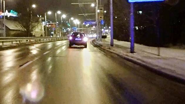 Řidič vozidla si za jízdy vyměnil místo se spolujezdcem.