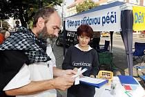 Na hradeckém Baťkově náměstí stál v úterý 22. září informační stánek podporující střídavou rodičovskou péči.