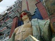 Poškozená socha na budově hradeckého Muzea východních Čech.