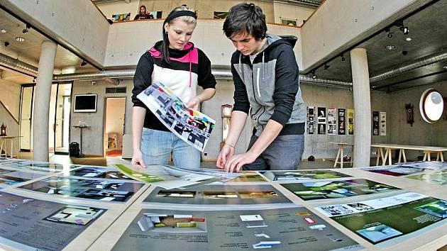 Z výstavy studentů Střední uměleckoprůmyslové školy hudebních nástrojů a nábytku v Hradci Králové.