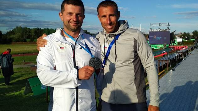 Trenér Petr Luštický (vpravo) musel z úspěchů skeetaře Tomáše Nýdrleho jásat. Po stříbru z Evropských her v Minsku dosáhl hradecký brokař na titul mistr světa.