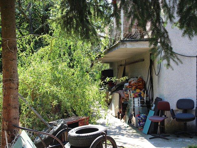 Domy vulici Ostrovní, ve kterých problémoví nájemníci přebývají, jsou ve špatném stavu. Jejich majitelka slibovala, že nemovitosti prodá. Předsedkyně komise místní samosprávy Alena Hamplová tomu ale právě ikvůli stavu domů nevěří.