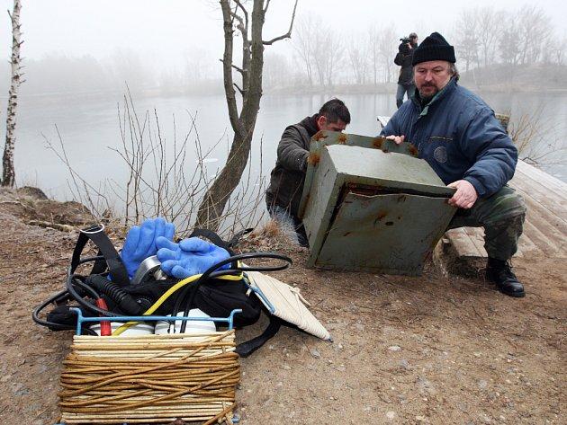 Policejní potápěči vylovili z opatovického písníku trezor, který tam zřejmě ukryli lupiči