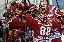 Oslava postupu. Po vítězné brance Tomáše Svobody v prodloužení sedmého zápasu na ledě Bílých Tygrů nastala v hloučku slávistických hokejistů velká radost. Pražané jdou do semifinále.