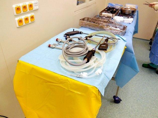 Instrumentační stolky na operačném sále.