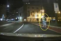 Opilý a neosvětlený cyklista v centru krajského města.