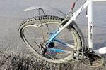 Poškozené jízdní kolo po střetu.