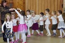 Vystoupení dětí z mateřské školy pro seniory v královéhradecké Harmonii I.