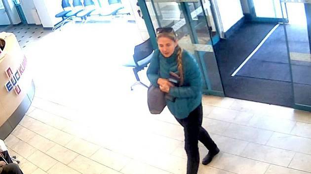 Policie hledá dvě ženy, které by jí mohly pomoci objasnit podvody, jejichž oběťmi se stali senioři.