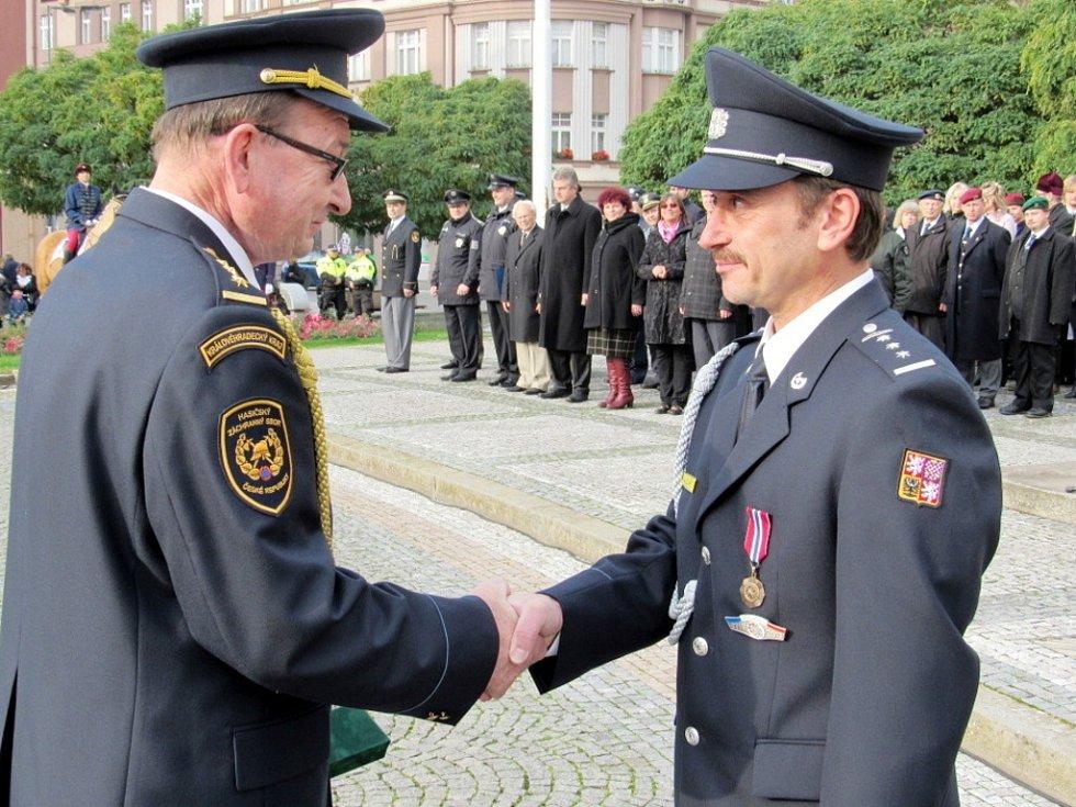 Zleva ředitel HZS KHK František Mencl a nadpraporčík Jan Březina.