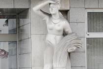 Žena s klasy - socha u budovy České spořitelny na hradecké Třídě ČSA.