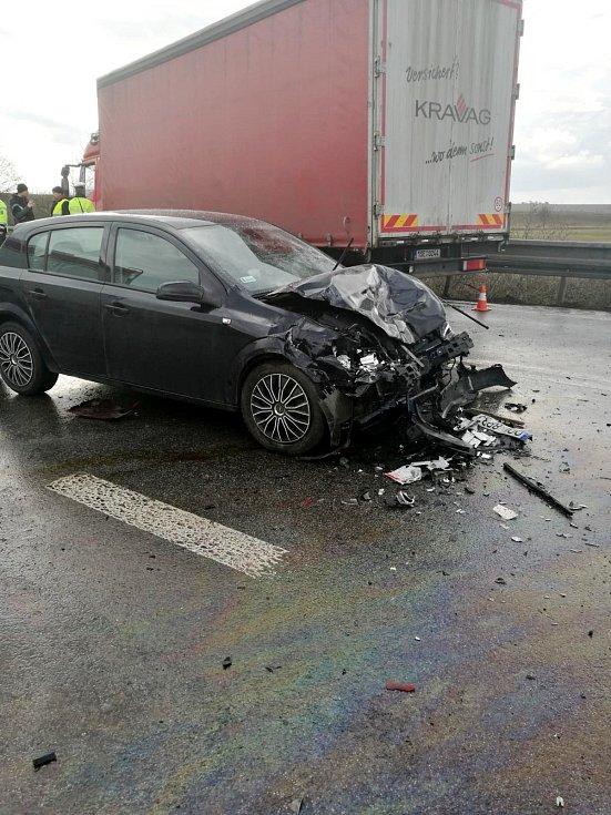 Tragická dopravní nehoda dvou osobních a jednoho nákladního automobilu na silnici I/33 u Lochenic.