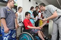 Certifikáty o absolvování Aktivačního kursu v hradecké Speciální základní škole si slavnostně převzali jeho účastníci.