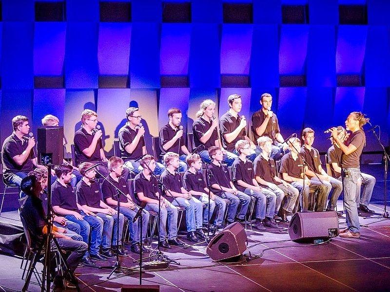 Členové sboru Boni pueri při vystoupení s legendou Bobbym McFerrinem.