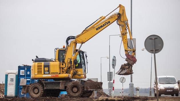 Stavební práce na dálnici D11 u královéhradeckých Kuklen.