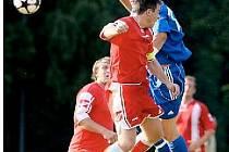 KAPITÁN chlumeckých fotbalistů Václav Beneš (ve výskoku vlevo, v utkání s Libčany) si z derby v Kratonohách odnesl červenou kartu za kritiku rozhodčího bezprostředně po utkání.