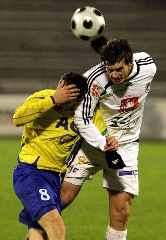Pohár ČMFS: Hradec Králové (černobílé dresy) vs. Teplice.