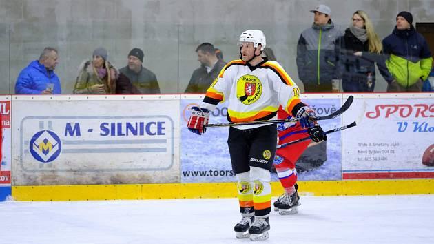 Lídr mužstva na ledě i v kabině, to je hrající trenér Jan Kubišta. Jeho Stadion Nový Bydžov kraluje krajské lize.