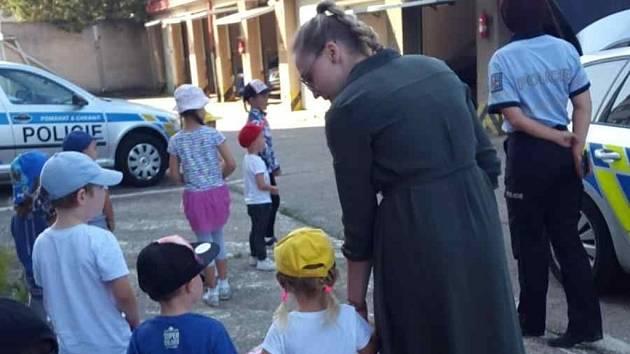 Návštěva z mateřské školy: děti poznávaly práci policistů.