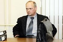 Trest odnětí sobody na dva roky až osm let hrozí u krajského soudu Stanislavu Hložkovi z Vrchlabí.  Dvaapadesátiletého muže  státní zástupce  Jan Bohutínský obžaloval 11. března ze spáchání podvodu.