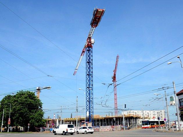 Stavba Auparku u křižovatky Koruna v Hradci Králové.