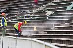 Demolice tribuny na fotbalovém stadionu v Hradci Králové.