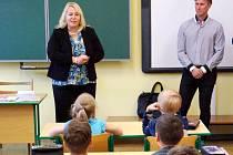 Ministryně pro místní rozvoj Klára Dostálová mezi žáky královéhradecké ZŠ Sever.