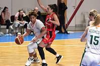 Hradecká Tatsiana Lichtarovičová (v červeném) brání Marques Monique Webbovou z brněnských Žabin.