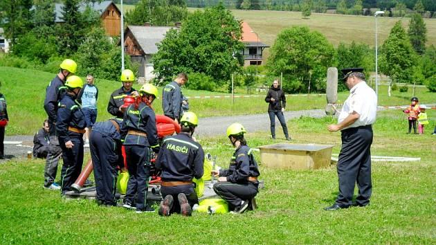 Hasiči SDH Malšovice při klání o Orlicko-bystřický putovní pohár v Orlickém Záhoří.