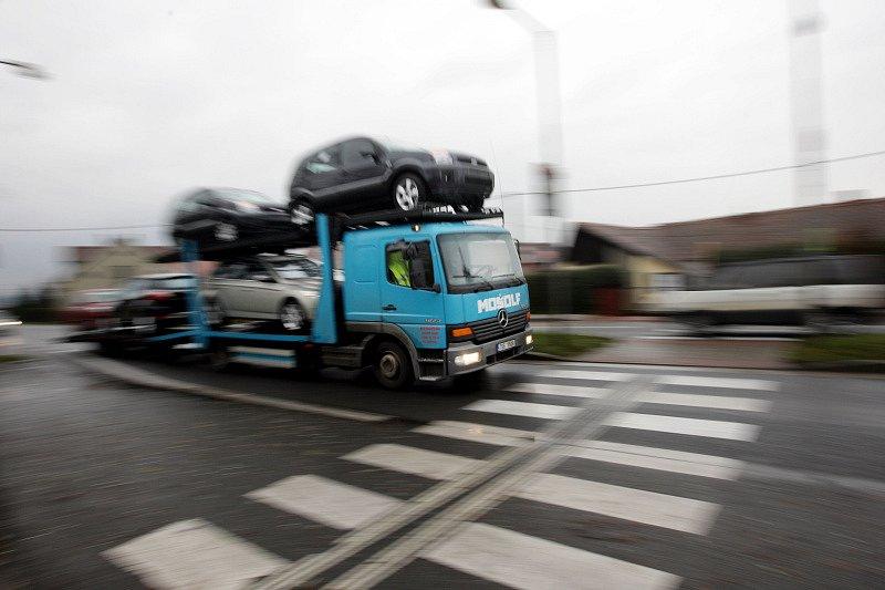 Kamionová doprava trápí také obyvatele Lípy, obce ležící na hlavním silničním tahu z krajského města na Jičín. Před lety tady dokonce kamion naboural do rodinného domu. Kvůli bezpečnosti zde obec prosadila výstavbu dělicího ostrůvku a přechodu pro chodce.