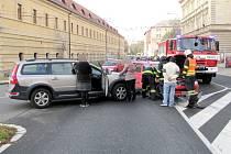 Dopravní nehoda dvou osobních automobilů v křižovatce ulic Ignáta Hermanna a Komenského v Hradci Králové.