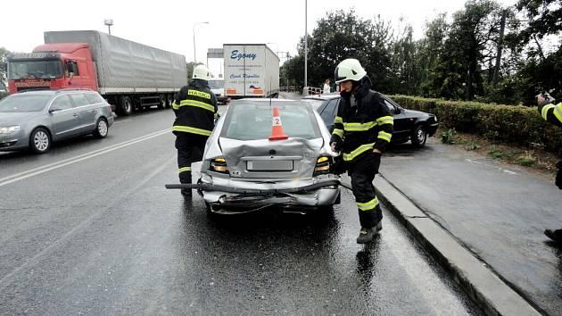 Dopravní nehoda v ulici Na Důchodě v Hradci Králové.
