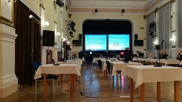 Členové menšinové koalice ODS a hnutí ANO zůstali společně se zastupiteli s KSČM v sále sami. Opozice odešla.
