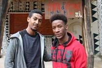 Obsluhu kavárny Mama d´Afrique v Zoo Dvůr Králové zajišťují rodilí Afričané. Yoseph Fekadu Zeleke z Etiopie (vlevo) i Yaya Diallo Thierno z Guiney v Česku studují vysoké školy.