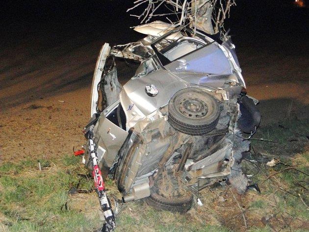 Tragická havárie osobního automobilu na silnici I/33 u obce Bříza nedaleko Všestar.