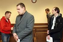 Petr Němeček a Jaroslav Nejman u Krajského soudu v Hradci Králové.