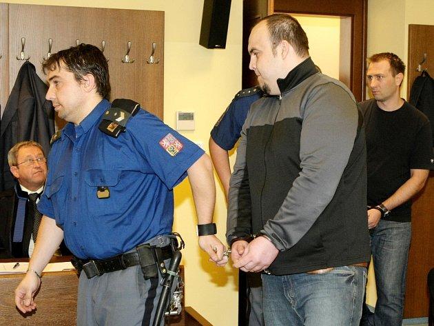 Pavel Souček, Petr Vobořil a Martin Zuzánek u Krajského soudu v Hradci Králové.