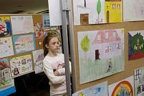 """Výstava dětských prací """"Štěstí, radost, láska, bezpečí, to je můj domov"""", pořádaná hradeckou oblastní charitou."""