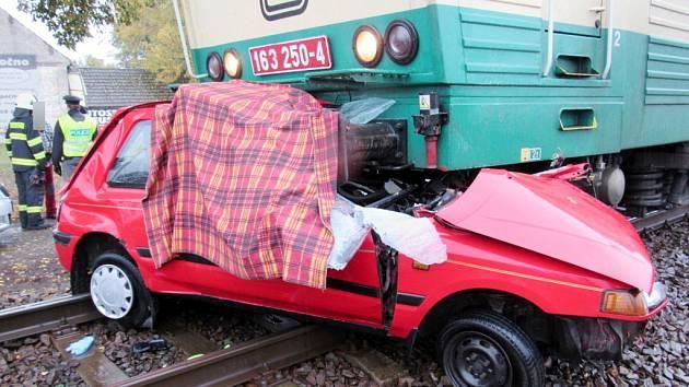 Tragický střet vlaku s osobním automobilem na železničním přejezdu v ulici Na Stavě v Třebechovicích pod Orebem.