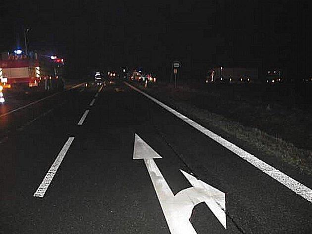 Ke kolizi došlo nedaleko autobusové zastávky. Žena přecházela silnici v neosvětleném místě. Průběh celé nehody by měly více objasnit nařízené znalecké posudky. Jasno však bude nejdříve za dva měsíce.