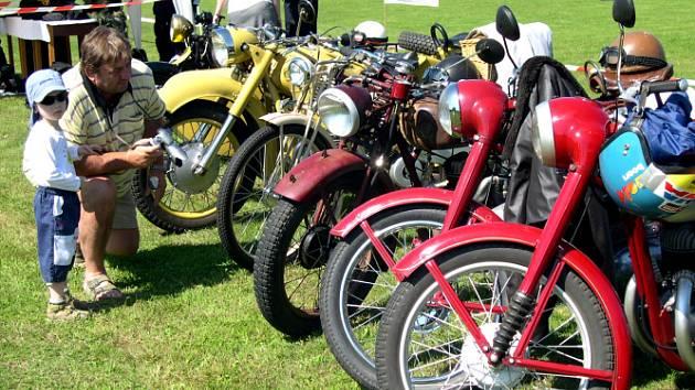 Součástí oslav byla výstava historických motocyklů a automobilů.