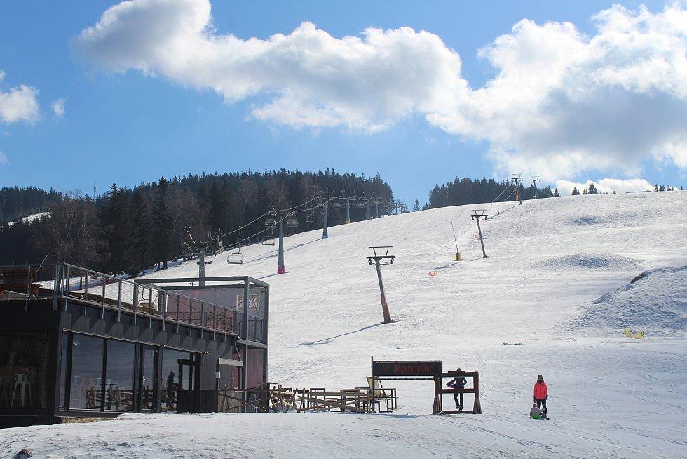 Horské středisko Deštné v Orlických horách zůstalo o víkendu úplně prázdné.