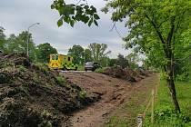 V pondělí začala stavba 700 metrů dlouhé protihlukové stěny kolem Rašínovy třídy v Hradci Králové. Při stavbě bude část dopravy svedena do jednoho pruhu.