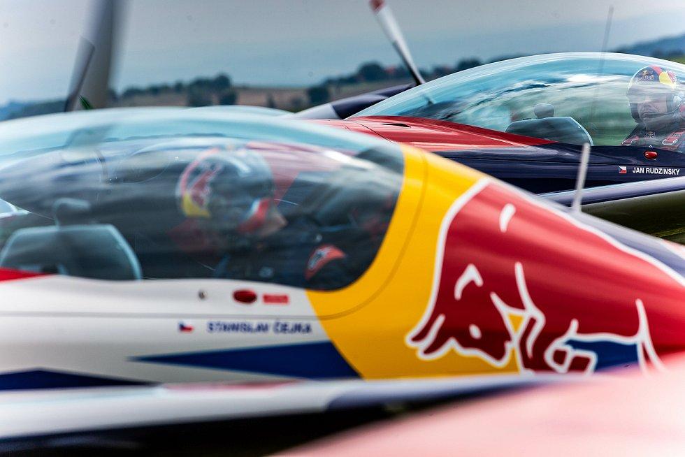 Česká skupina Flying Bulls Aerobatics Team oslavil 60let od založení původní skupiny Chrudimská 4