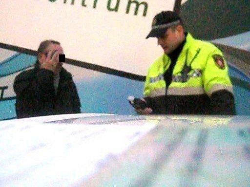 Plačící muž při 'zpovědi' strážníkovi.