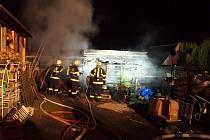 Požár skladu dřeva a garáže v Blešně.